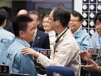 「はやぶさ2」タッチダウン後の探査機状態確認を終えたころの管制室の様子=2019年2月22日8時10分ごろ、JAXA提供