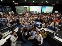 JAXA宇宙科学研究所の管制室内で記念撮影する「はやぶさ2」プロジェクト関係者=相模原市で2019年2月22日午前9時ごろ©ISAS/JAXA
