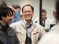 「はやぶさ2」の小惑星「リュウグウ」への着陸成功を喜ぶ津田雄一プロジェクトマネジャー=相模原市で2019年2月22日午前7時50分ごろ©ISAS/JAXA