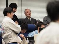 「はやぶさ2」を管制室で見守る川口淳一郎さん(中央)=神奈川県相模原市で2019年2月22日午前©ISAS/JAXA