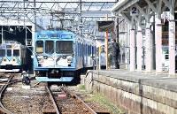 「忍者市駅」からの出発を待つ忍者市宣言記念列車=三重県伊賀市で2019年2月22日、山崎一輝撮影