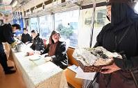 「忍者市駅」から出発する忍者市宣言記念列車で昼食を取る忍者たち=三重県伊賀市で2019年2月22日午前11時13分、山崎一輝撮影