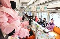 忍者市宣言記念列車に乗り込み、出発を待つ忍者たち=三重県伊賀市で2019年2月22日午前11時13分、山崎一輝撮影