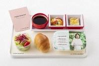 日本航空が2018年9月に刷新したハワイ線の新メニューの機内食。プレミアムエコノミークラスとエコノミークラスに提供している=日本航空提供