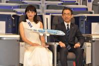 A380の座席に座り、ホノルル就航をPRする綾瀬はるかさん(左)と全日空の平子裕志社長=東京都中央区で2018年11月27日、中村宰和撮影