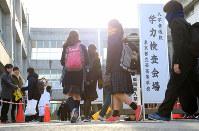 都立西高校に入って行く受験生たち=東京都杉並区で2019年2月22日午前8時、梅村直承撮影