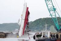 2018年5月に和歌山県沿岸で70代男性船長が目測を誤って暗礁に乗り上げ、大破した漁船=第5管区海上保安本部(画像の一部を加工しています)