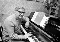 This May 5, 1975 file photo shows Dominick Argento at his piano in his Minneapolis home after learning he had been awarded the Pulitzer Prize for music. (AP Photo)