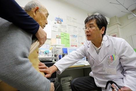 外来診療で患者を診る藤井宏二医師。「不便を承知で帰還した住民に必要なのは入院施設ではない。誰かとつながっているという安心感だ」と話す=福島県南相馬市で2019年2月22日午後3時18分、宮武祐希撮影