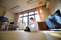 リハビリ施設を改修し診療している小高病院の休憩室で、休憩する藤井宏二医師。「古里の家で最後を迎えたいと願って不便を承知で帰還した住民に必要なのは入院施設では絶対にない。誰かとつながっているという安心感だ」と話す=福島県南相馬市で2019年2月21日午後2時27分、宮武祐希撮影