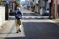 久世健二さんは週3回ほど、片道1時間以上かけて三枝子さんを見舞う。車の方が早いが「まだ運転する気にはならない」と電車を利用する=岐阜県美濃加茂市で2019年1月22日、小川昌宏撮影