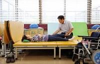 入院中、夫隆さん(右)とリハビリに臨む山口由美子さん=千葉市美浜区で2017年6月8日、小川昌宏撮影