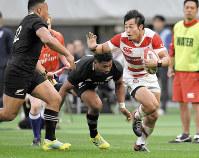 昨年11月3日のニュージーランド戦で相手選手をかわしながらライン際を突進する福岡=東京・味の素スタジアムで、藤井達也撮影