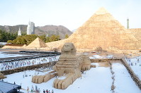 Miniature versions of the Great Pyramids of Giza and the Sphynx are slightly covered with snow at the Tobu World Square theme park in the city of Nikko, Tochigi Prefecture, north of Tokyo, on Jan. 29, 2019. (Mainichi/Makoto Hananoi)