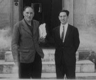 1953年ごろ、ケンブリッジ大で憧れのアーサー・ウエーリ(左)と一緒に写真に収まるドナルド・キーンさん=ドナルド・キーン・センター柏崎提供