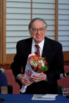 最終講義終了後、最後の生徒から花束を受け取った米コロンビア大学のドナルド・キーン教授=2011年4月26日、寺本敦子撮影