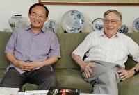 ドナルド・キーンさん(右)の養子となったキーン誠己さん=東京都北区で2013年7月25日、木葉健二撮影