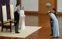天皇陛下の即位30年祝賀行事で、皇太子ご夫妻からあいさつを受けられる天皇、皇后両陛下=皇居・宮殿「松の間」で2019年2月24日午前10時31分、小川昌宏撮影