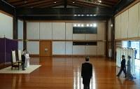 天皇陛下の即位30年祝賀行事で、皇太子ご夫妻をお待ちになる天皇、皇后両陛下=皇居・宮殿「松の間」で2019年2月24日午前10時31分、小川昌宏撮影