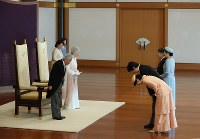 天皇陛下の即位30年祝賀行事で、皇太子ご夫妻、秋篠宮ご夫妻からあいさつを受けられる天皇、皇后両陛下=皇居・宮殿「松の間」で2019年2月24日午前10時31分、小川昌宏撮影