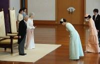 天皇陛下の即位30年祝賀行事で、秋篠宮家の長女眞子さまからあいさつを受けられる天皇、皇后両陛下=皇居・宮殿「松の間」で2019年2月24日午前10時32分、小川昌宏撮影