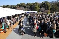 天皇陛下の在位30年を祝って記帳に訪れた人たち=皇居で2019年2月24日午前9時44分、宮武祐希撮影