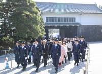 天皇陛下の在位30年を祝って記帳に訪れた人たち(後ろは坂下門)=皇居で2019年2月24日午前9時32分、宮武祐希撮影