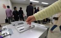 県民投票で自らの意思を票に託す人たち=那覇市で2019年2月24日、津村豊和撮影