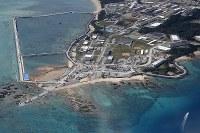 埋め立て工事が進む沖縄県名護市辺野古の沿岸部=2019年2月23日午後1時24分、本社機「希望」から