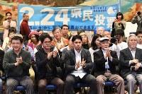 反対多数の報道に拍手する「辺野古」県民投票の会の人たち。中央は元山仁士郎代表=那覇市で2019年2月24日午後8時3分、上入来尚撮影