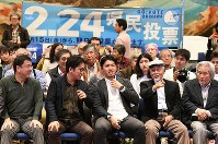 反対多数の報道に表情が和らぐ「辺野古」県民投票の会の人たち。中央は元山仁士郎代表=那覇市で2019年2月24日午後8時1分、上入来尚撮影