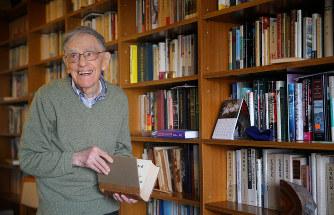 自宅本棚の前で笑顔を見せるドナルド・キーンさん=東京都北区で2017年4月5日、長谷川直亮撮影