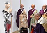 開眼法要が行われたアンドロイド観音「マインダー」=京都市東山区の高台寺で2019年2月23日、川平愛撮影
