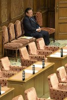 Olympic minister Yoshitaka Sakurada waits in a room alone for the resumption of a House of Representatives Budget Committee meeting, which was suspended due to opposition party protests over Sakurada arriving late, on Feb. 21, 2019. (Mainichi/Masahiro Kawata)