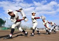 ウオーターバッグを振ってトレーニングする富岡西の選手たち=徳島県阿南市で2019年1月27日、猪飼健史撮影