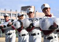 ウオーターバッグを抱えてトレーニングする富岡西の選手たち=徳島県阿南市で2019年1月27日、猪飼健史撮影