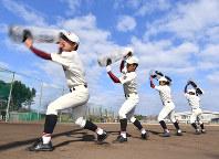 ウオーターバッグを激しく振ってトレーニングする富岡西の選手たち=徳島県阿南市で2019年1月27日、猪飼健史撮影