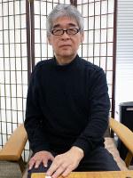 「本因坊道策先生と呉清源先生は、コンピューターがまねをしているんですよ。すごい」と感嘆する苑田勇一九段=大阪市中央区の関西棋院で、新土居仁昌撮影