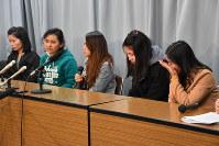 記者会見で涙ぐみながら話すミャンマー人技能実習生たち=名古屋市中区の愛知県庁で2019年2月26日午後2時59分、太田敦子撮影