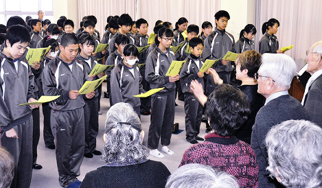 ブルーコーラスのメンバー(手前)と一緒に琵琶湖周航の歌を歌う今津中学校1年生=滋賀県高島市の同校で、塚原和俊撮影