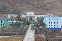 中朝国境で北朝鮮側の通関を待つ中国のトラック。往来する人は見えなかった=中国吉林省で2017年10月、石丸次郎さん撮影