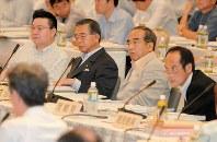 ふるさと納税の創設を巡り、熊本市で開かれた全国知事会では賛否がぶつかった=熊本市内のホテルで2007年7月12日撮影