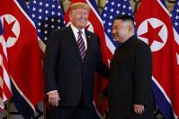 笑顔を見せるトランプ米大統領(左)と金正恩朝鮮労働党委員長=2019年2月27日、AP