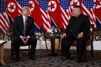 2回目の米朝首脳会談に臨むトランプ米大統領(左)と金正恩朝鮮労働党委員長=2019年2月27日、AP