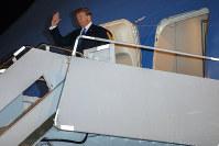 ノイバイ国際空港に到着し、手を振るトランプ米大統領=ベトナム・ハノイで2019年2月26日、AP