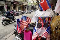 米朝首脳会談開催を記念し、両国国旗とともに売られるトランプ米大統領と金正恩朝鮮労働党委員長を描いたTシャツ=ベトナム・ハノイで2019年2月26日、AP