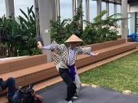 スポニチのリクエストにサービス精神満点で応えた渡辺明新王将=2019年2月26日