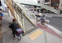 歩道の中央にある歩道橋。死亡事故を受けて撤去が決まった=大阪市東住吉区で2019年2月22日、梅田麻衣子撮影