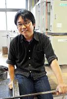 富山ガラス工房の小林洋行さん=富山市古沢の同工房で、青山郁子撮影