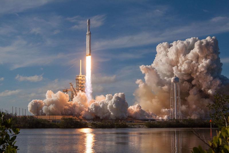 スペースXは昨年2月、超大型ロケット「ファルコンヘビー」の打ち上げに成功し、技術力の高さを見せつけた(C)SpaceX